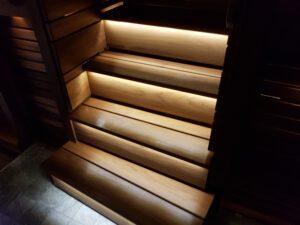 JT-sähkötekniikka valaistu portaikko